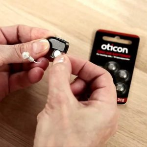 I trucchi per far durare di più le pile degli apparecchi acustici