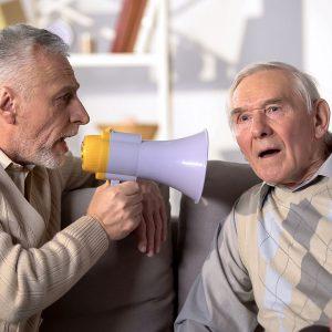 convincere anziano apparecchi acustici