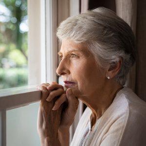 anziana donna isolata triste sordità